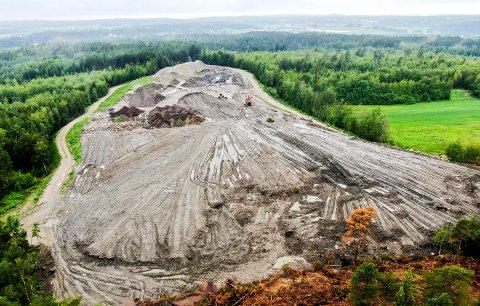 Dekker et område på 50 mål: Slik ser Forsetlundgropa i Onsøy ut fra luften. (Foto: Erik Hagen)