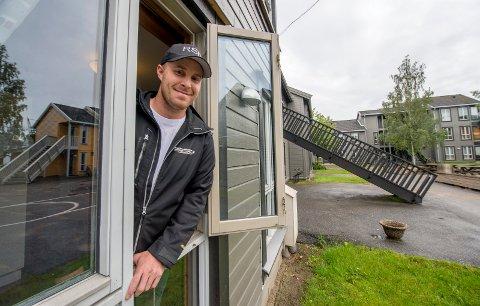 Gir bort dører og vinduer. Et stort antall  studentboliger på Bjølstad skal rives. Her Stian Webjørnsen fra Roar Steen Edvardsen Entreprenørforretning, som har fått rivejobben.