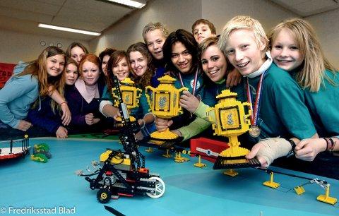 Elever ved Gaustad Ungdomsskole vant premier i teknologikonkurransen First Lego League: Denne gjengen satte andre Østfold-skoler på plass og kvalifiserte seg for den skandinaviske finalen i Trondheim. Ikke rart de er glade. Foto: Jan Erik Skau, 14.11.2005gge