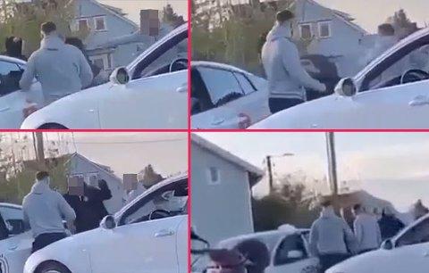 FLERE SLAG: Sjåføren endte i krangel med flere menn, og ble til slutt slått flere ganger. Bildene er hentet fra en video FB har fått tilgang til.