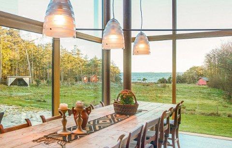 Huset åpner seg med store glassarealer mot sjøen. Fra spiseplassen får man utvilsomt følelsen av å bo ved havet.