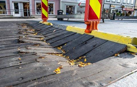 Ødelagt plankegulv på Stortorvet