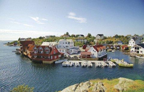 Nautnes Fiskevær er bygget opp som et moderne rorbusenter ved havkanten i Øygarden, bare en times kjøring fra Bergen. Nå glimrer turistene med sitt fravær og deler av området skal selges.