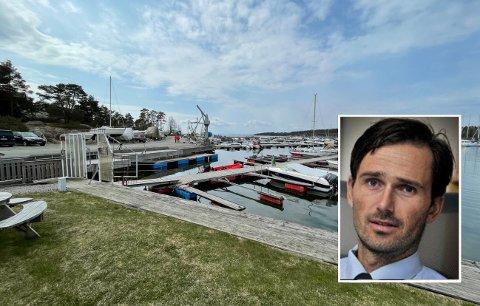 Krimsjef Daniel Holm ved Moss politistasjon (innfelt) sier mandag formiddag at politiet nå henter inn informasjon om de dramatiske hendelsene som utspant seg i Makrellrød båthavn i Saltnes søndag.