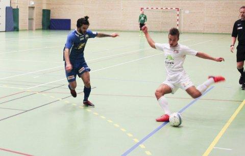 FINTER: Simon Evjen,  i hvitt, skal passere en spiller fra Vesterålen i lørdagens kamp. Alle foto: Mikael Brendvik