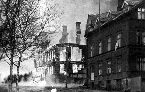 Grand hotell i Narvik brenner under de tyske angrepene på byen 9. april 1940.
