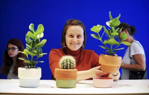 Ann Kristin Einarsen viser frem prototypene til «Rolla», en todelt blomsterpotte som holder plantene fuktig med en urgammel teknikk, på London Design Week. Alle foto: Thomas Kolbein Bjørk Olsen, Berlinkontoret.no