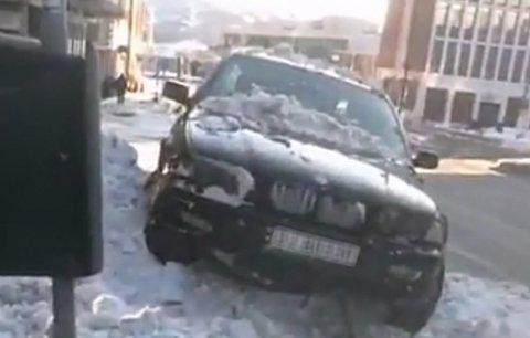 FRATATT LAPPEN: Politiet mener føreren har opptrådt uaktsomt og har tatt lappen fra 18-åringen som havnet i en snøhaug i Kongens gate.
