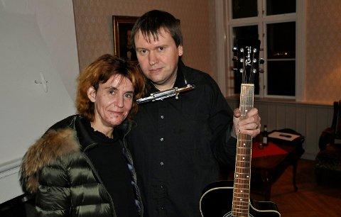 FRA TØNSBERG: Linn Katrin Nilsen og Thomas Nordgreen deltar på visekveldene i finstua, hvor publikum sitter rolig og lytter.