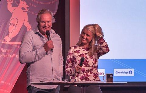TOMMEL OPP: TV2s Bent Svele, her sammen med kollega Randi Gustad under Norges Håndballforbunds Avkast for eliteserien-arrangement før seriestart, kaller Falks en positiv overraskelse denne sesongen.