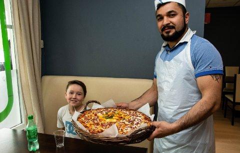 FORNØYD: Da Jafs-innehaver Ahmad Alemi kom med pizzaen var Victor Elias Nievas Waage blant dem som gledet seg.