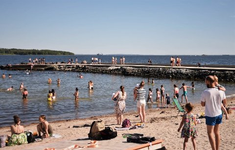 FULL SOMMER: Varmt i lufta og stadig varmere i vannet - nå er det mange som lar seg friste til et bad.