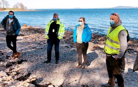 FULGTE MED: De to i midten på bildet er kommunalsjef Geir Kjellsen og ingeniør forurensning i Horten kommune, Guro Horvei.