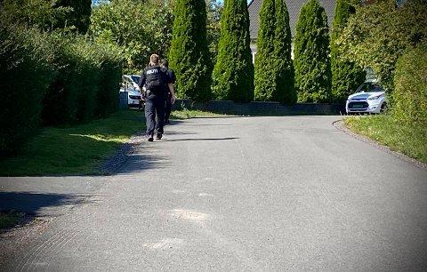 LETER: Politiet søker nå i nabolaget med hund for å finne gjerningspersonen.
