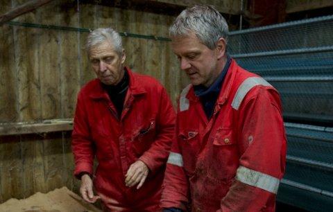 Far og sønn Ove og Bength Oftedal avsluttet driften på minkfarmen, etter 60 års drift på Rage og Voll.