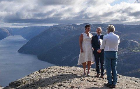 Toril Stengårdsbakken og Ole Richard Stengårdsbakken Bødtker ga hverandre sitt ja på Preikestolen i fjor høst. Gjesdal-ordfører Frode Fjeldsbø hadde rollen som vigsler.