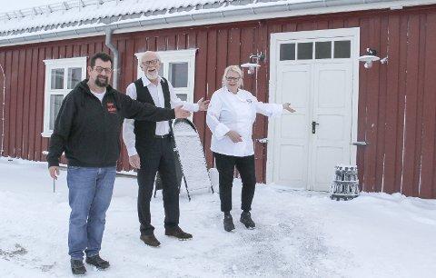 VELKOMMEN: Her i restauranten i Kommandantboligen inviteres det til juleselskap anno 1869. Fra venstre Lars Ovlien, Trond Broen og Tone Strøm.