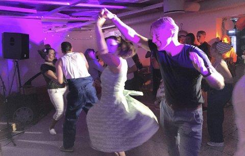BLI MED INN: Når Kulturkollektivet byr på  Johnny T's Rockabilly Night, er vi, publikum medspillere, eller meddansere. Tre timers 50-talls nostalgi i kjelleren i Tårnhuset går veldig fort.