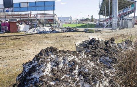 GRANULAT: Mye av snøen fra kunstgrasbanen på Gjemselund legges slik at gummikulene ikke skal havne i Glomma. Karin Andersen frykter imidlertid at det finnes store mengder med slik plast i elva.FOTO: JENS HAUGEN