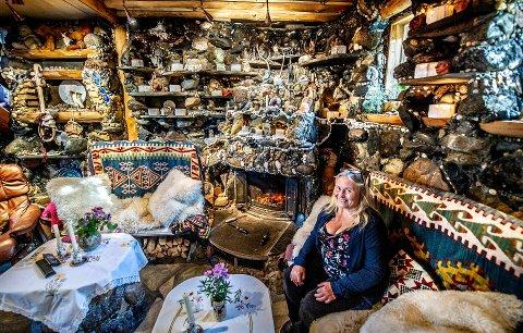Stenplukker: Randi Røst Kile elsker å plukke stener i strandkanten og ta dem med seg hjem der hun fester dem på vegger og peiser. – Jeg synes et hjem skal speile dem som bor der, sier hun. – Om andre ikke liker det har vel ikke noe å si, det er jo ikke dem som bor her...