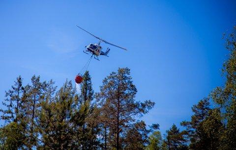 Rakkestad  20160614. Brannhelikopter i aksjon for å slukke en skogbrann ved Høgeholtet i Rakkestad  tirsdag. Foto: Freddie Larsen / NTB scanpix