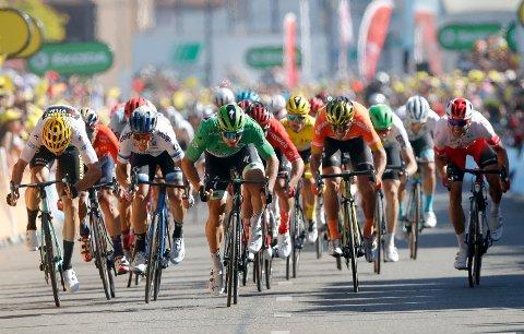 Peter Sagan (midten) vant dagens etappe. Edvald Boasson Hagen (med grønn hjelm til høyre) ble til slutt nummer 12.