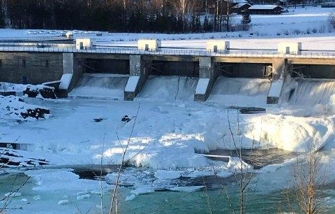 Driftstans i kraftverket på Hunderfossen førte til stor vannføring og isgang i Lågen torsdag ettermiddag. Det kan ha gått ut over rogn som ørreten la i fjor høst, frykter sportsfisker Jan Ove Holmedal.