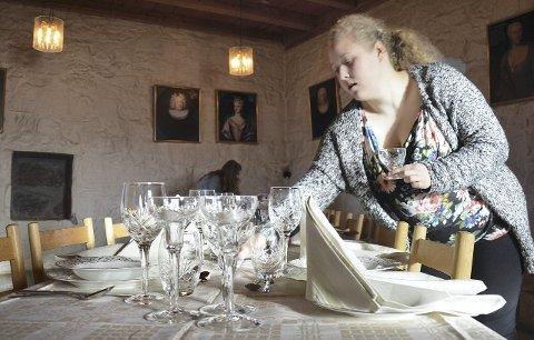 ØVING: Sara Helen Immerstein i gang med å dekke bord.