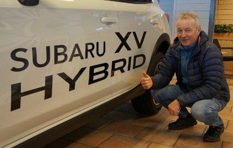 ETTERLENGTET HYBRIDNYHET: Salgssjef Svein Ivar Hagen hos Hadeland bil håper og tor på godt salg av nye Subaru XV hybrid, som blir leveringsklar i løpet av året. Her ved en bensinutgave med hybriddekor for å vise at noe nytt og spennende er på gang med firhjulsbilmerket som mange hadelendinger foretrekker.