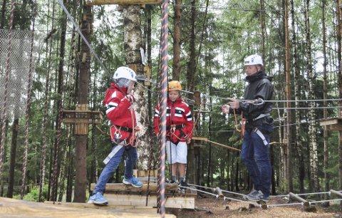 GUTTA PÅ TUR: Brødrene Mathias og Henrik Marvik Huuse og pappa Tom Erik Huuse fra Moss besøkte klatreparken for første gang. – Vi tenkte det kunne være gøy å prøve, sier de.
