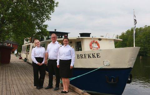 KLARE FOR CRUISE: ..., kaptein Jens Myhren og båtens eier Signe Myhren har tatt i mot passasjerene, og er klare for seilas over Femsjøen og opp i Haldenkanalen.
