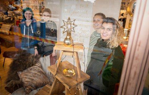 DEKOR: Johanne Aamli, Emilie Fosstveit, Ingrid Skavern og Guyila Galdi pyntet butikkvinduet til Kreativ Interiør i Hamar.