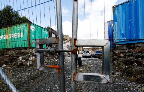 MATERIELL: I Rophusveien 59 finnes containere, brakker, og biler som Sveio kommune og tomteeier stides om.