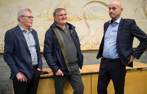 STAKK INNOM: Gamlerådmann Arvid S. Vallestad (midten) kom for å  høre da rådmann Sigurd Eikje la fram sitt første budsjettforslag sammen med økonomisjef Tor Leif Helgesen (t.v.).