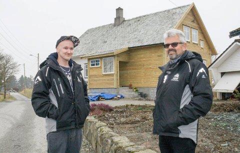 FØRSTE BYGGEPROSJEKT: Christer Haavardsholm (t.v.) og rektor Rolf Jarl Sjøen ved nabohuset.