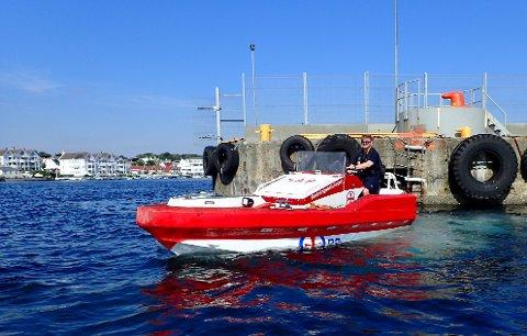Styrmann Rune Jarle Pedersen ligger her i risikoområdet ved Garpaskjærskaien med redningsskøytas lettbåt.