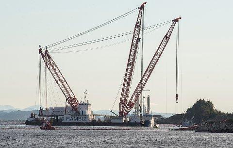 Kranbåten «Rambiz» ved den havarerte fregatten KNM «Helge Ingstad».