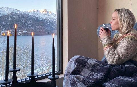 ÅKRAFJORDEN: De to mikrohyttene ved Åkrafjorden ble lagt ut for leie fredag. Responsen var stor. På bildet ser vi Tina Haddeland i Viking Adventure.