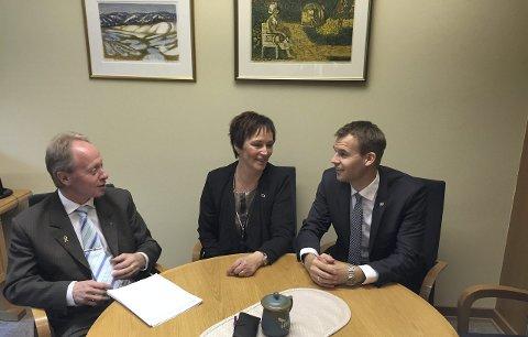 TRIO: Frps Jan Arild Ellingsen (t.v) har fått med seg  Margunn Ebbesen (H) og Kjell Ingolf Ropstad (KrF)  på et forslag som kan gi Mosjøen fengsel et tilbakeføringsprogram for forvaringsdømte.