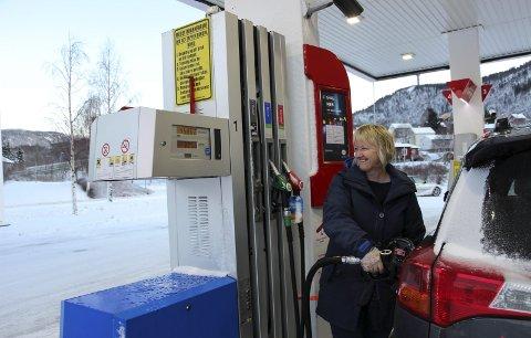 SMILER: Liv Kristoffersen fyller diesel og smiler, selv om hun ikke liker det nye avgiftsnivået. BILDER: Rune Pedersen