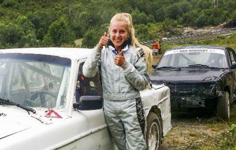 VANT BEGGE: Thea Finsaas vant begge dager på Røssvoll motorstadion. Bilcrossesongen er i gang, og 39 kjørere var med.   ARKIVFOTO: SUSANN TANGEN