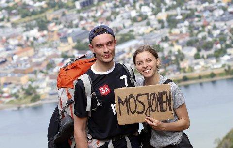 Til topps: Mikolaj Malitka (22) og Judyta Krawczuk Vel Walczuk (22) fra Polen haiker fra Oslo til Tromsø. Mandag passerte de Mosjøen og fikk med seg Helgelandstrappa. Foto: Stine Skipnes