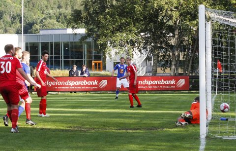 RETT I MÅL: Eirik Høgseth (bak) har nettopp tatt frisparket, og han lurer ballen inn ved første stolpe. Grand-keeper Sindre Tjørhom klarer ikke å stoppe skuddet, og han var nok mer forberedt på et høyt innlegg. Foto: Per Vikan