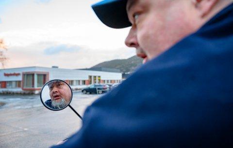 De vekslende værforholdene skaper utfordringer med framkommelighet på fortau for rullestolbrukere. Aage Ris Vik opplever at dette ikke tas på alvor av Vefsn kommune.