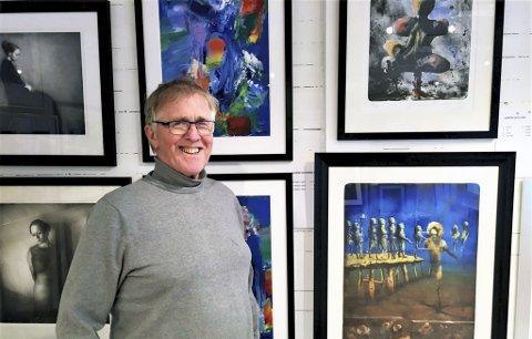 KUNSTNERISK ILDSJEL: Olav Røttingsnes driver Galleri Olav i Oslo. Til Galleria i Mosjøen sender han 60 trykk av 23 kunstnere. Foto: Privat