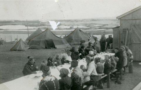 FRIGJØRINGEN: Tyskerne forsøkte å tømme Finnmark for folk da russerne rykket vestover. Bildet er fra 17. mai-feiringen i Kautokeino i 1945. Det er fra et album gitt til Riksarkivet av sykepleier Marie Lysnes.