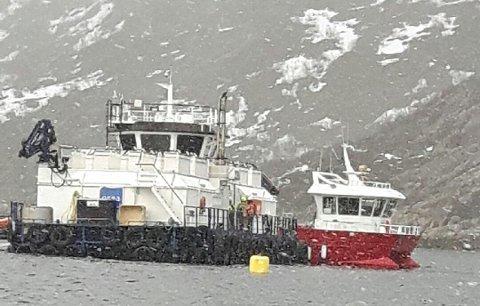 Brann i flåte: Søndag startet det å brenne i ei foringsflåte i Lille Kufjord.