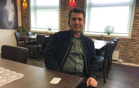 VIL GI PENGENE TILBAKE: Daglig leder Karam Ramazan ved Grill og kebab AS har siden natt til lørdag jaktet på kunden som betalte alt for mye for en burger. Mandag morgen fikk han endelig napp.