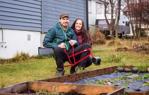 JORDBÆRÅKER: Andor Enge (34) og Dyveke Holsbø Enge (33) gjør et forsøk på egen jordbæråker i hagen.