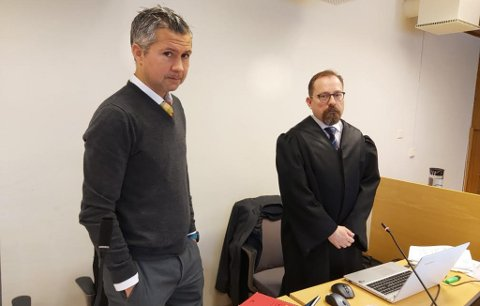 OPP MOT 200.000: Bistandsadvokat Benny Solheim påstår opp mot 200.000 kroner i erstatning til jenta i saken. Til høyre ser du aktor Tor Børge Nordmo, som la ned påstand om straff for tiltalte onsdag.